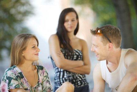 vrouw die jaloers is op de nieuwe vriendin van haar ex-vriend