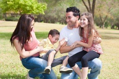 Gelukkig gezin van een man die zijn ex-vrouw heeft teruggewonnen